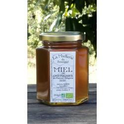 Un miel avec une odeur caractéristique, saveur puissant. Aspect à la mise en pot